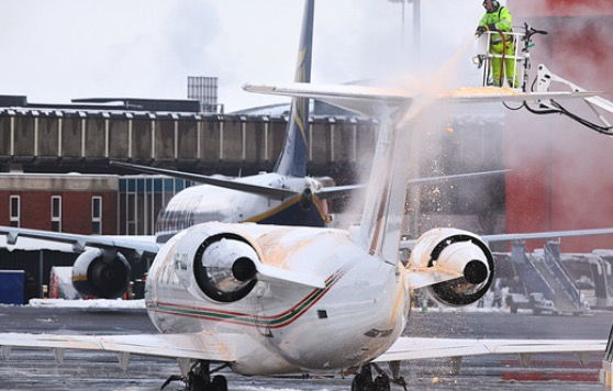 deicing aircraft